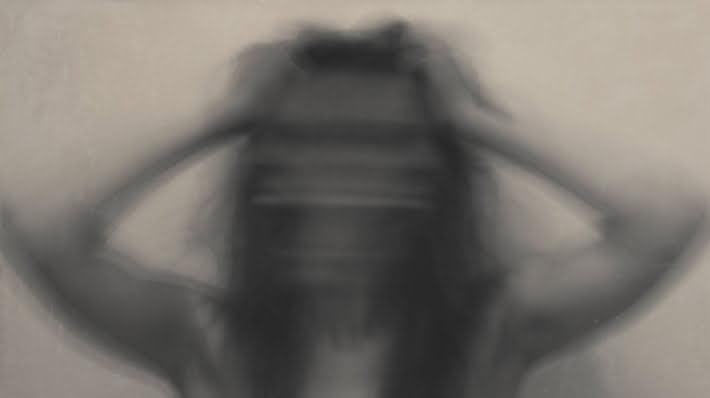 Kvinde der river sig i håret