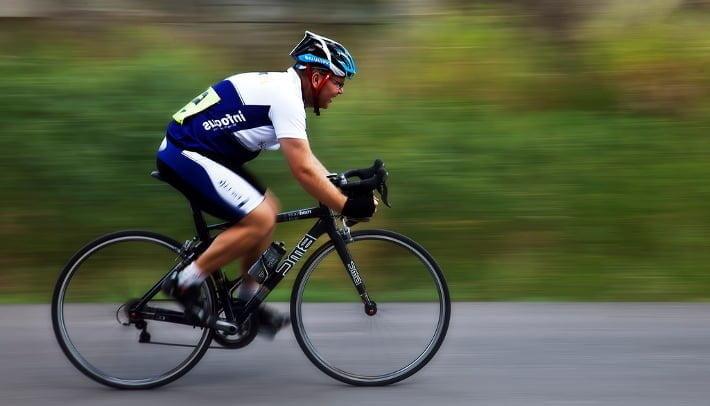 cyklist i høj fart