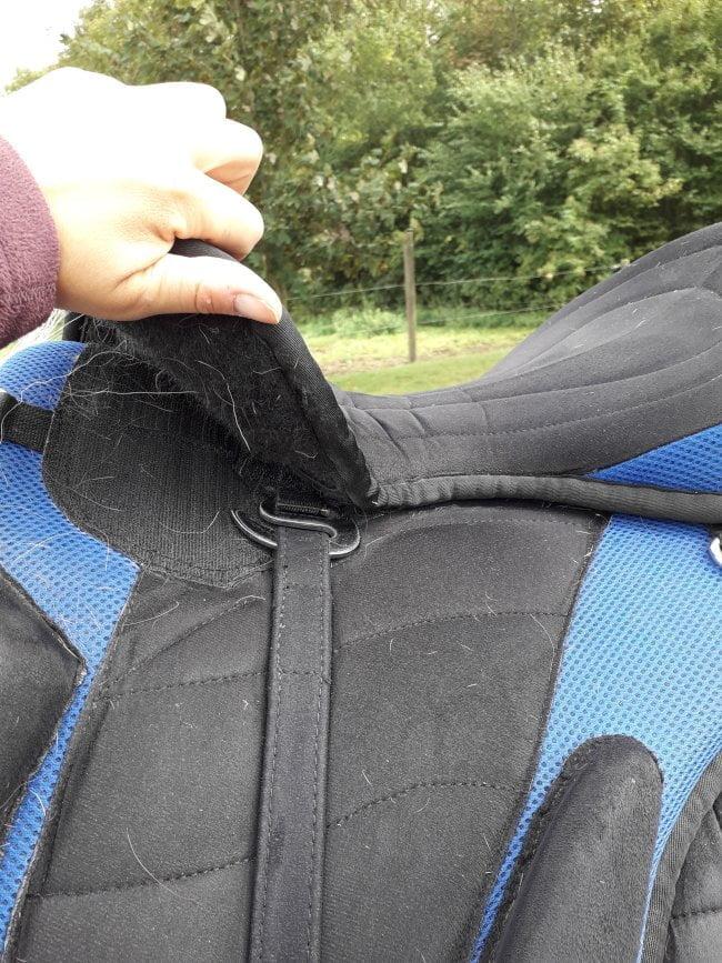 Åbent stigeremsophæng på en bomløs sadel som sidder omvendt for at forhindre stigeremmen i at falde ud