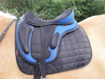 Billig bomløs sadel i sort og blå