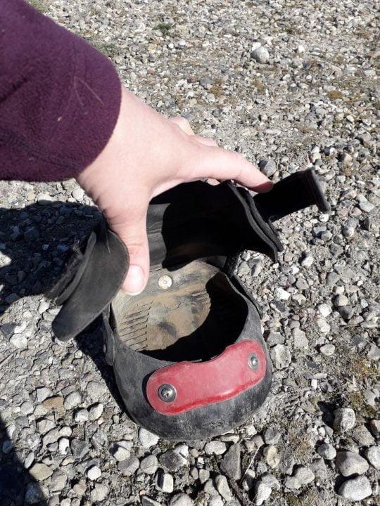 Easyboot Glove boots til heste set ovenfra med rød powerstrap monteret